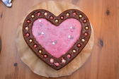Heartshaped torta con decorazione — Foto Stock