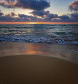 Beau coucher de soleil nuageux en mer — Photo