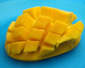 Mango a dadini su blu — Foto Stock