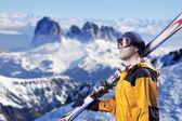 лыжник, глядя на горы — Стоковое фото