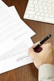 Underteckna kontrakt. — Stockfoto