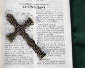 Intricate cross with Corinthians verse in Holy Bible — Stock Photo