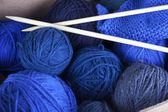Madejas de azul mezclado hilo en una caja de tejer con agujas — Foto de Stock