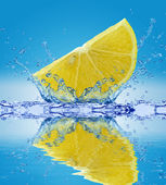 Slice of lemon in water — Stock Photo