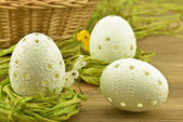 White pierced easter eggs in a nest of hay — Foto Stock