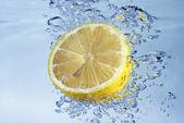 Citron med vattenstänk — Stockfoto