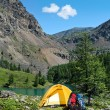 The camping tent near a mountain lake — Stock Photo