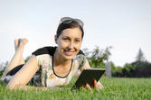 Young woman using tablet pc — Stockfoto