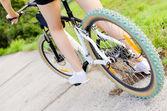 Donna bici di montagna — Foto Stock