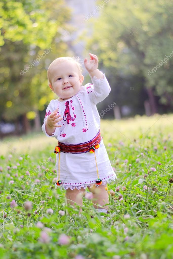 乌克兰穿裙子的小可爱女孩站在花的领域