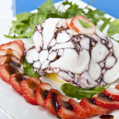Octopus carpaccio with rucola salad and strawberries — Stock Photo