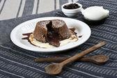 шоколадный флан с кофе и мороженым — Стоковое фото