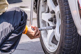 Replacing wheel vehicle — Stock Photo