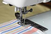 在一台机器上的缝纫 — 图库照片