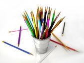 Několik různobarevných tužky do kovové nádoby — Stock fotografie