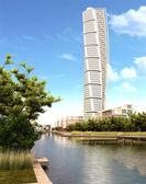 Otáčení trupu mrakodrap pohled za denního světla. — Stock fotografie