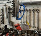 Muchas herramientas sucias en tablero de instrumentos — Foto de Stock
