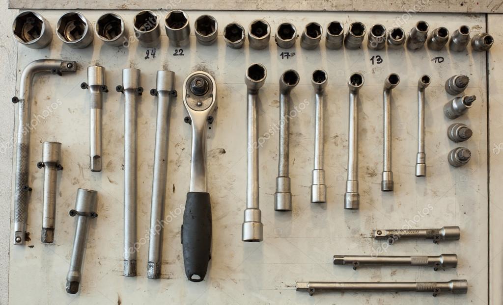 Muchas herramientas sucias en tablero blanco foto de - Tablero para herramientas ...
