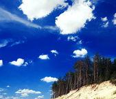Bel cielo azzurro sopra un lago verde nella buca di sabbia — Foto Stock