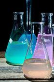 Verrerie de laboratoire de volumétrie contenant des liquides colorés — Photo