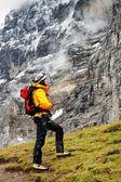 Alpinista contemplando eiger picco, svizzera — Foto Stock