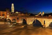 Ponte pietra et l'adige, dans la nuit — Photo