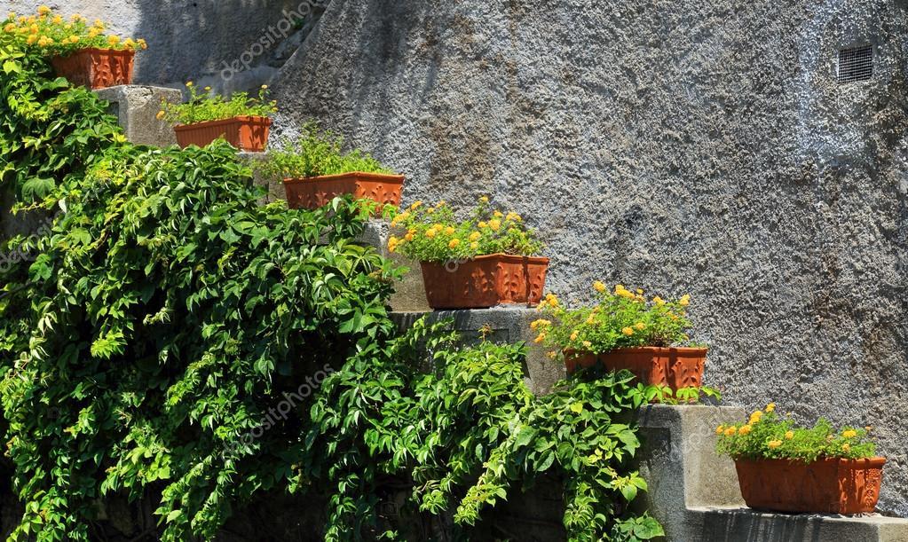 camino del jardn parquizado con escalones de piedra naturales u imagen de stock