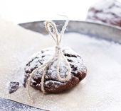 Cookies de chocolate frescos no fundo perchament — Foto Stock