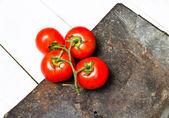 ビンテージ背景に新鮮な完熟トマトの束 — ストック写真