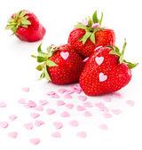 Dojrzałe truskawki na białym tle, ozdobione słodkie — Zdjęcie stockowe