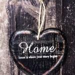Herzförmiges Dekor Sign Schreibtisch zuhause Landhausstil auf dunkel aus Holz — Stockfoto