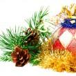 圣诞球 fir 分支上的装饰上白色 backgro — 图库照片