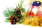 Bola de navidad en las ramas de abeto con decoraciones sobre fondo blanco. — Foto de Stock