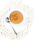 Närbild av kopp varm choklad med små marshmallows vilar på bakgrunden — Stockfoto
