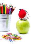 Foto de equipamento de escritório e estudante com lápis de cor no apoio. — Foto Stock