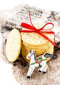 Kırmızı kurdele, at ve örme mitten ile noel tatlılar. — Stok fotoğraf