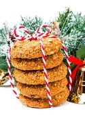 节日装饰和红丝带的圣诞姜饼饼干 — 图库照片