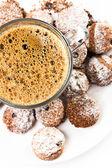 Xícara de café e biscoitos pequenos no fundo branco. — Fotografia Stock
