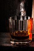 Glas scotch whisky auf alten holztisch — Stockfoto