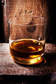 Scotch whisky en un vaso y una botella — Foto de Stock
