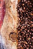 Chicchi di caffè su fondo in legno — Foto Stock