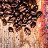 Granos de café sobre fondo de madera vieja grunge. — Foto de Stock