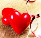 два красных сердец на золотой пластине — Стоковое фото