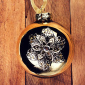 Vintage Christmas decorations on wooden background. Golden ball — Photo
