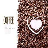 Gebrande koffiebonen met hart gevormde paper sticker — Stockfoto