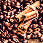 Macro Coffee beans and cinnamon sticks — Stock Photo