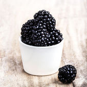Fresh blackberries in a white bowl — Stock Photo