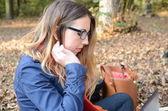 Vrouw met laptop in park — Stockfoto