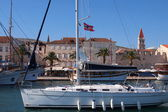 Trogir(quay) - a town in Croatia, Dalmatia. Located in the central part of the Adriatic coast, 27 km north-west of the city of Split. The population of 10,907 . (2001). — 图库照片