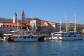 Trogir(quay) - a town in Croatia, Dalmatia. Located in the central part of the Adriatic coast, 27 km north-west of the city of Split. The population of 10,907 . (2001). — ストック写真